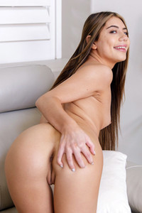Model Selena Luxx in How She Cums